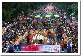 Karnaval Boyong Kedaton melintas di Jl Slamet Riyadi