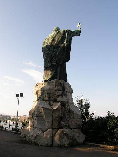Budapest, I. kerület, XI. kerület, Kelen-hegy, Gellérthegy, szobor,  street-art, falfirka, vandalizmus, Szent Gellért püspök szobra – Az 1904-ben felállított, a Fővárosi Közmunkák Tanácsa megbízásából készült szobor főalakját Jankovits Gyula szobrász alkotta, a pogány alak megformálója Gárdos Aladár volt, az építész pedig Francsek Imre.