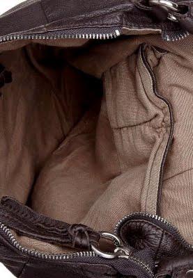 Unkompliziert und schön: Die Mavi Shoulderbag aus dunkelbraunem Leder. 6  separate Fächer Henkellänge: 44 cm. Höhe: 29. Länge: 35