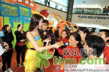劉俐首任內地團星級領隊 與百名旅客開生日會
