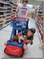 casal de fakes brincando no supermercado