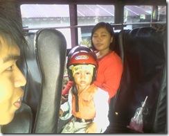 Siap-siap di dalam bus Nona