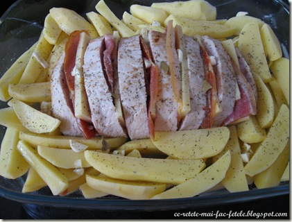 Cotlet de porc împănat - asezam carnea peste cartofi