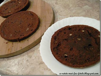 Tort Suprem de Ciocolată - feliem blatul