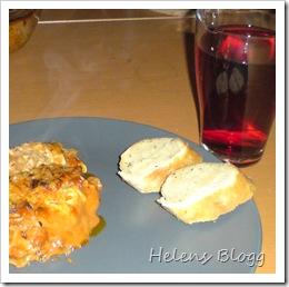 Lasagne, vitlöksbröd och svartvinbärs dryck