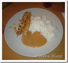 Kyckling på spett med ris och jordnötssås