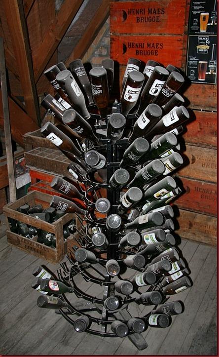 De_Halve_Maan_museum_beer_bottles_stand_800