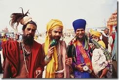 três amigos elegantes.No meio o guia Vanisthi Giri, à sua esquerda Naga-Baba da Juna- Arthur Veríssimo