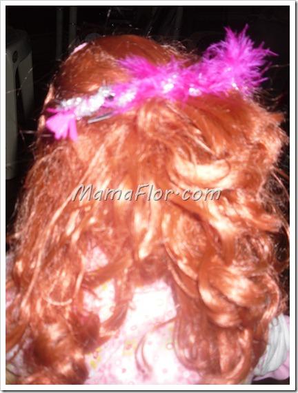 Como decorar un sencillo gancho con chenille y plumas