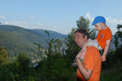 U taty na ramionach przynajmniej nie trzeba się wysilać. Maksio i Gr0szek.