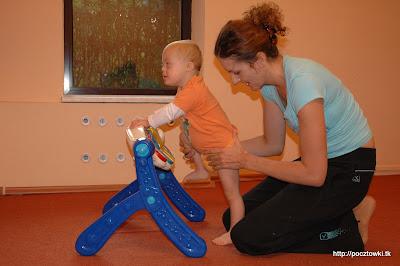 Marcinek ćwiczy swoje nóżki - przygotowanie do chodzenia
