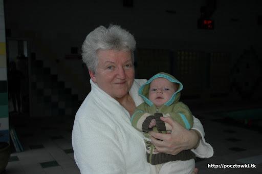 Babcia z Zosią wracaja do pokoju a Marcinek ma indywidualne zajęcia w basenie