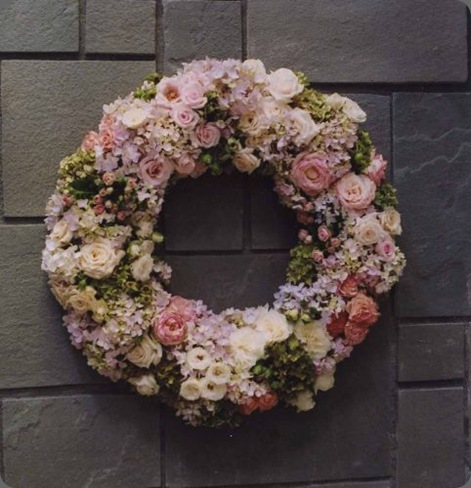 ivory-and-pale-pink-roses-and-hydrangea-wreath-Françoise-Weeks