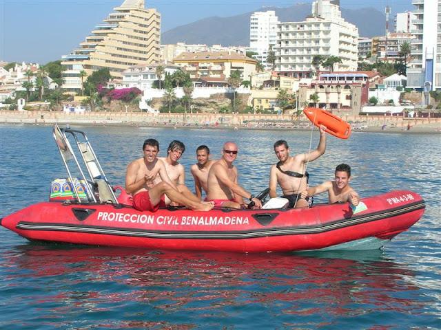 Parte de los voluntarios durante las practicas en una de las embarcaciones de rescate.
