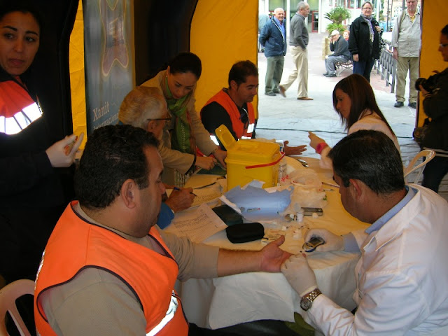 Voluntarios realizandose la prueba de glucemia