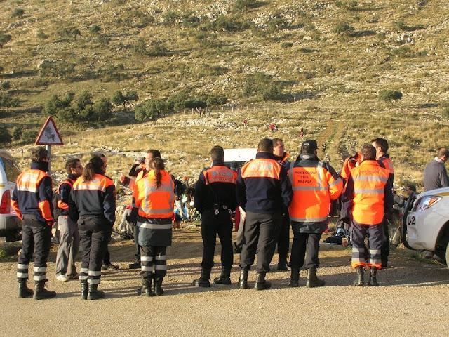 Parte de los voluntarios de Protección Civil Benalmádena y Málaga en uno de los puestos de control montado por la organización.