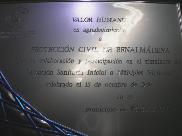 La placa entregada a Protección Civil Benalmádena.