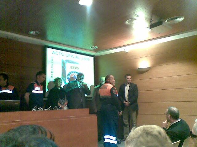 El Jefe del Area de Seguridad de Málaga entregando el trofeo al Jefe de la Agrupación de Benalmádena