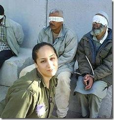 Soldada sonriente frente a prisioneros palestinos