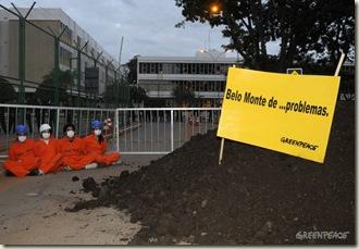 """Brasília, 20/04/2010 - Ativistas do Greenpeace despejaram toneladas de esterco na frente de cada entrada do prédio da Agência Nacional de Energia Elétrica (Aneel), onde acontece ainda hoje um leilão para a concessão da construção e operação da usina hidrelétrica de Belo Monte, no Pará. Sobre cada um dos morros formados de estrume, os ativistas colocaram duas placas. Uma dizia """"Energia sim, Belo Monte não"""" e a outra, """"Belo Monte de bosta""""."""