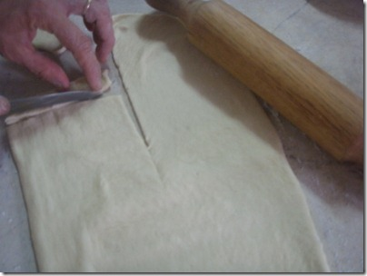 slicing dough into thin and long pieces