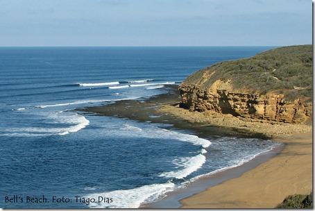 A plana bancada de arenito de Bell's Beach faz com que as ondas quebrem perfeitas. Foto: Tiago Dias
