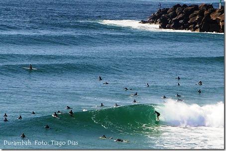 O crowd pode ser um dos maiores perigos para quem surfa em praias muito populares como Durambah. Foto: Tiago Dias