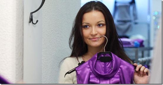 ผู้หญิงซื้อเสื้อผ้าตามหน้านางแบบ