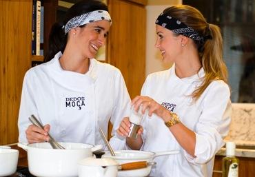 Má e Pati cozinhando