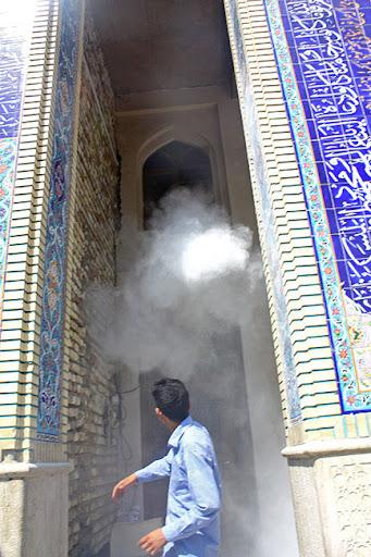 اهالی مسجد قبا در حال پاشیدن گاز به سر و روی مردم