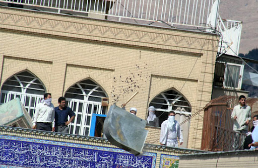 تکه تکه کردن کولر و پرتاب قطعات آن بر سر مردم روزه دار و متحصن در حیاط مسجد قبا