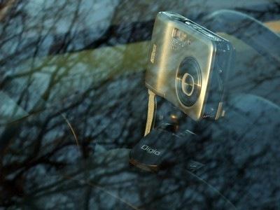 エッセのセンターメーターフードに DCA-087 を使ってデジカメをセットした様子