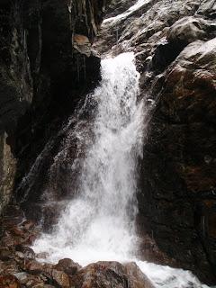 コイボクシュシビチャリ川本流核心の滝は右岸がハングし、本流したみずが勢いよく落ちてくる。