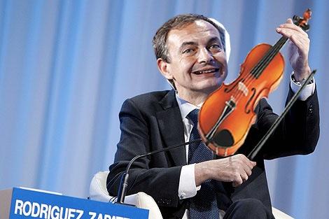 """DAV305 DAVOS (SUIZA), 28/01/2010. El presidente del Gobierno español, José Luis Rodríguez Zapatero, interviene en una sesión celebrada durante la segunda jornada del Foro Económico Mundial en Davos, Suiza, hoy jueves 28 de enero de 2010. Zapatero aseguró hoy que España es un país """"serio y cumplidor"""" y prometió reducir el déficit hasta cumplir con el pacto de estabilidad europeo. El Foro, que congrega cada año a la elite de la política y las finanzas, tiene como lema este año, que coincide con su cuadragésimo aniversario, contribuir """"a mejorar el estado del mundo"""". EFE/Alessandro della Bella"""