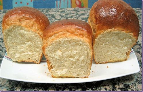 pan de mantequilla y leche cortado