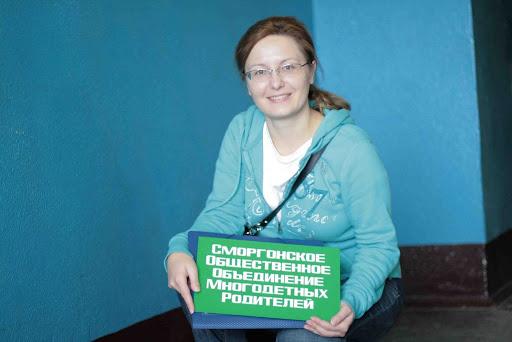 Руководитель благотворительного фонда 'Harmony Life Foundation' Снежана Богатин во время поездки в Сморгонское общественное объединение многодетных родителей.