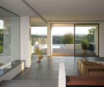 Cubos blancos de estilo minimalista por arquitecto Casas estilo minimalista interiores