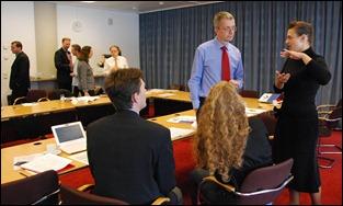 Volop discussies, ook in de pauzes. Achter vlnr Ernst van Velzen, Gerco Bakker en Marcel Mattheijer (BenG), Toni Tracy (Portico), Heiko Tjalsma (DANS); voorgrond rug Niels Bo Andersen (NA DK) en Ulla Bogvad Kejser (KB DK); staand voorzitter Neil Beagrie en econome Anna Palaiologk.