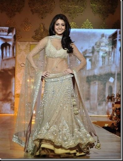 Anushka Sharma looking sexy at Mijwan Fashion show2