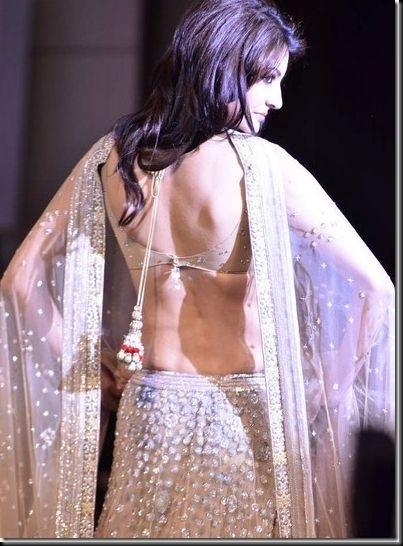 Anushka Sharma looking sexy at Mijwan Fashion show3
