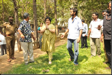 Latha-Rajinikanth-Dhanush-Press-Stills-007