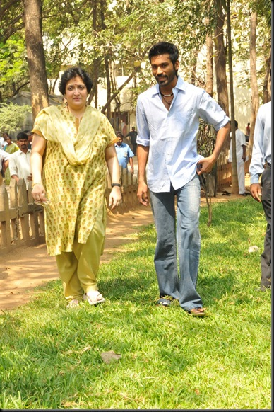 Latha-Rajinikanth-Dhanush-Press-Stills-010