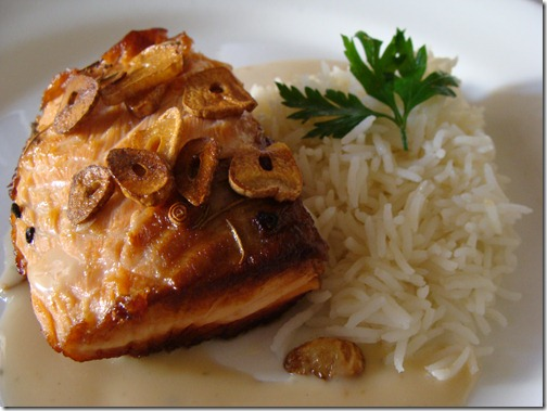 salmão grelhado com alho frito e molho de leite de coco e arroz aromático