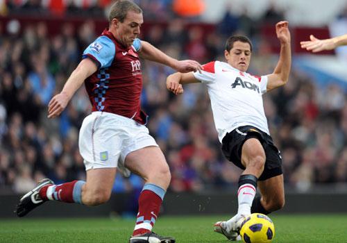 Richard Dunne Javier Hernandez, Aston Villa - Manchester United