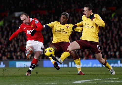 Wayne Rooney shoots pass Alexandre Song and Sebastien Squillaci, Manchester United - Arsenal