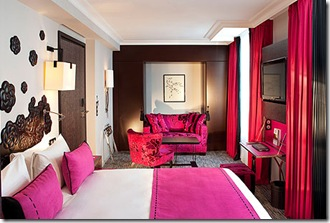 Les-Jardins-fuchsia-bedroom-credit-Christophe-Bielsa