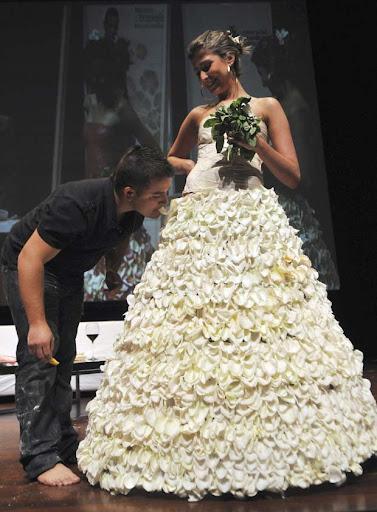 Chef colombiano cria vestido de noiva comestível