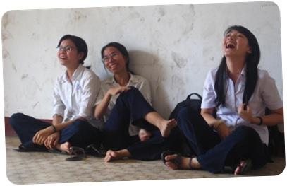 Tâm Tà Đạo, trưởng nhóm Tam Tà (ngồi giữa)