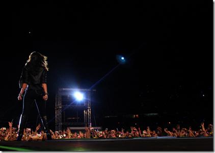 Dami Lovato agitando o público antes do show dos Jonas Brothers