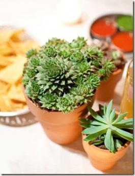 Casa de Valentina - via Style Me Pretty - mesa com vasinhos 3